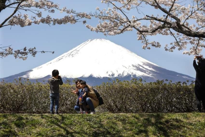 يحرص اليابانيون على التقاط الصور التذكارية مع جبل فوجي
