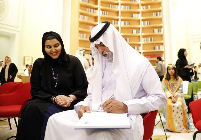 نهيان بن مبارك لدى تدشينه كتاب «أم الإمارات قصة خير .. من أبوظبي». (تصوير: علي عبيدو ـ «الرؤية»)