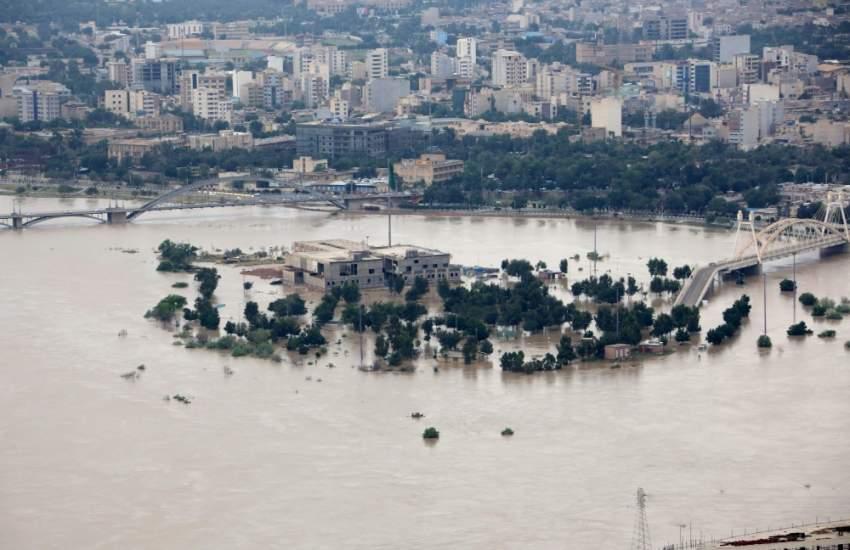 لقطة جوية لمياه الفيضانات في نهر كارون غربي إيران. (أ ف ب)