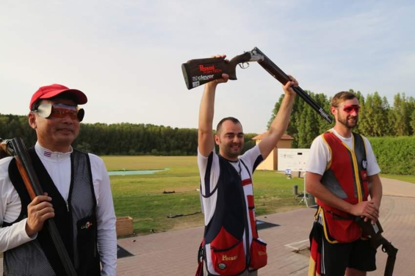 جلازنوفيك يرفع سلاحه فرحاً بالفوز في مونديال الرماية. (الرؤية)