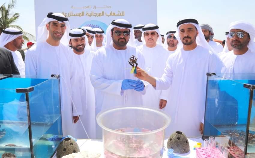 محمد بن حمد الشرقي خلال حفل إطلاق «مشروع إنشاء حدائق الفجيرة للشعاب المرجانية المستزرعة»، بحضور ثاني الزيودي. (الرؤية)