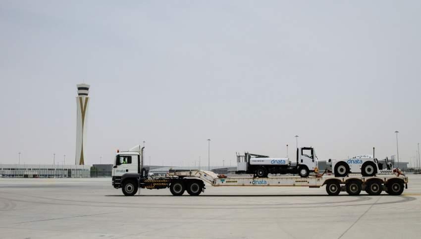 دناتا تنقل بعض معداتها الى مطار ال مكتوم لتلبية زيادة اعداد المسافرين والرحلات. (الرؤية)