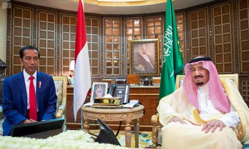 خادم الحرمين ملتقياً الرئيس الإندونيسي في الرياض. (واس)