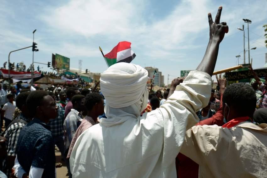 متظاهرون سودانيون أمام مقر قيادة الجيش بالخرطوم. (أ ف ب)