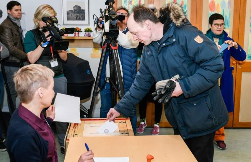 زعيم حزب «الفنلنديين الحقيقيين» مدلياً بصوته. (إي بي إيه)
