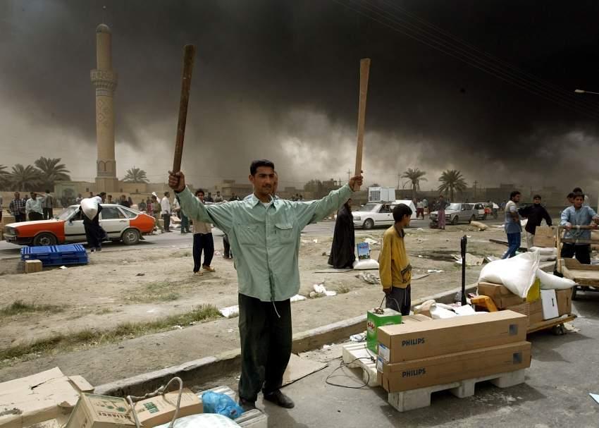عراقي سرق بعض محتويات دوائر الدولة رويترز