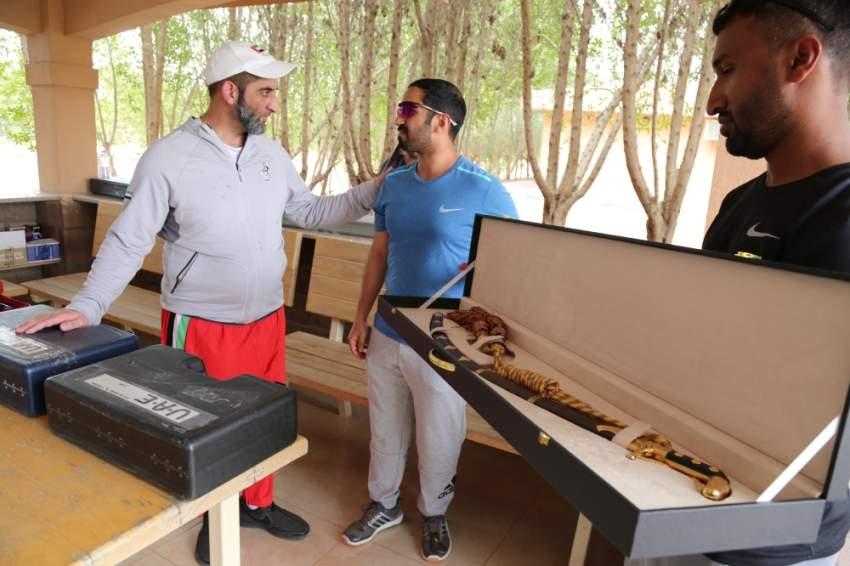 خليفة بن سلمان يهدي سعيد بن مكتوم السيف الذهبي
