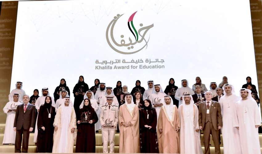 منصور بن زايد مع الفائزين بجائزة خليفة التربوية في دورتها الـ 12. (وام)