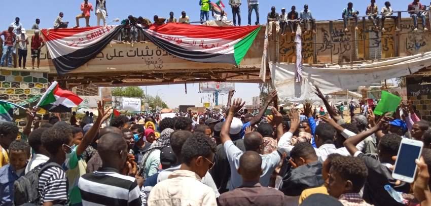 متظاهرون سودانيون في الاعتصام أمام مقر وزارة الدفاع. (أ ف ب)