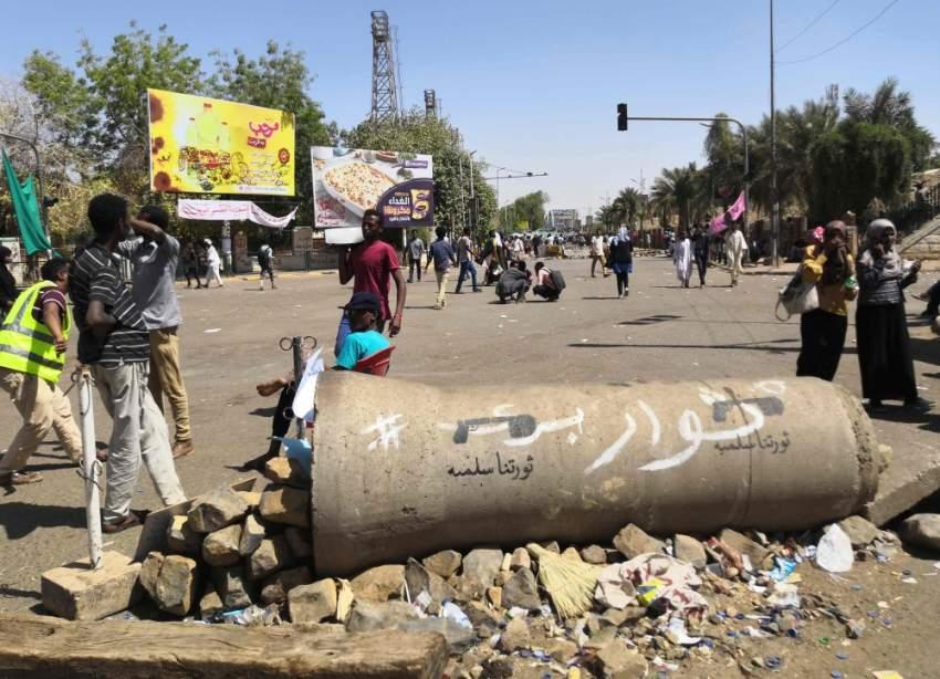 متظاهرون سودانيون أمام مقر وزارة الدفاع في الخرطوم. (أ ف ب)