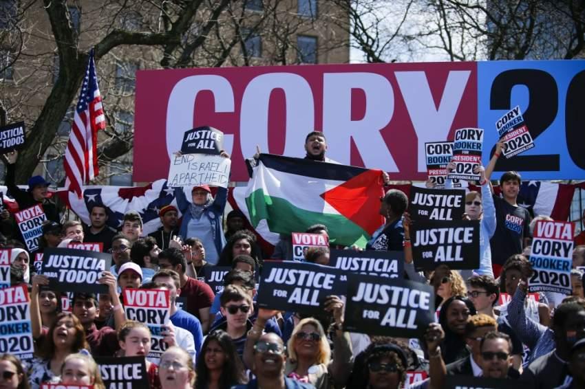 أمريكي يرفع العلم الفلسطيني خلال تظاهرة في نيو جيرسي. (أ ف ب)
