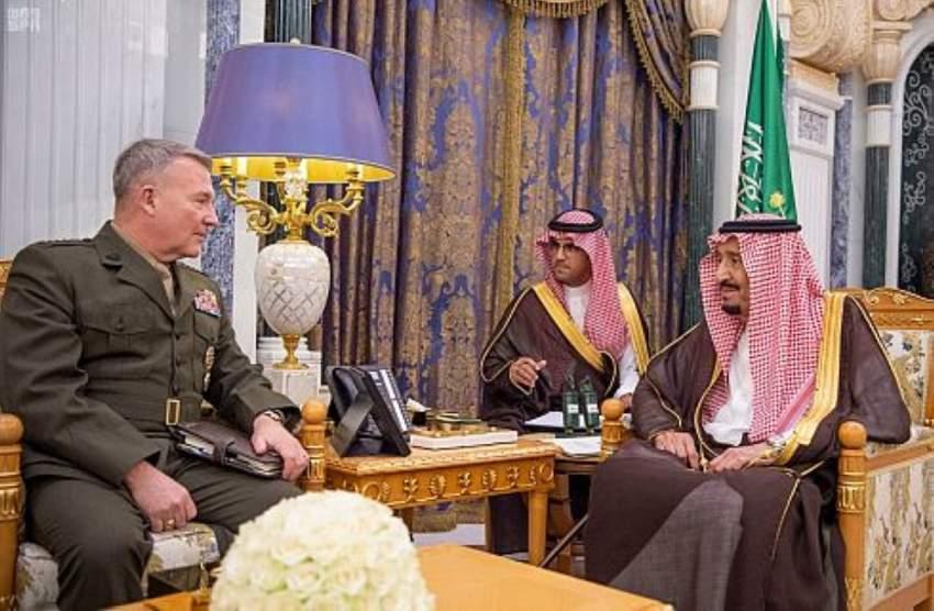 خادم الحرمين مستقبلاً قائد المنطقة المركزية الأمريكية في الرياض. (واس)