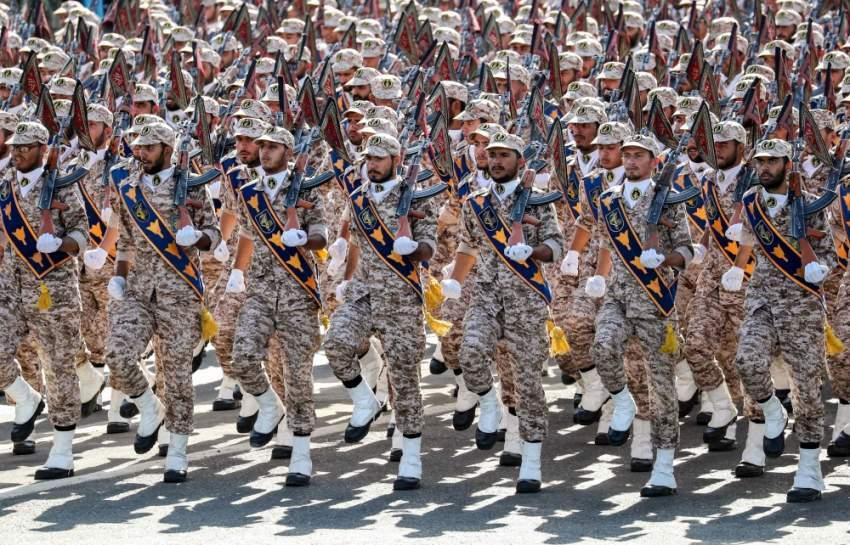عناصر من ميليشيات الحرس الثوري خلال استعراض عسكري وسط طهران. (أ ف ب)