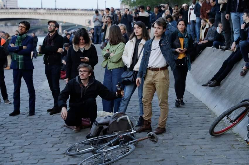 الشعب الفرنسي يراقب عن كثب حريق كاتدرائية نوتردام بالأمس ..وتبدو مشاعر الصدمة واضحة على وجوههم