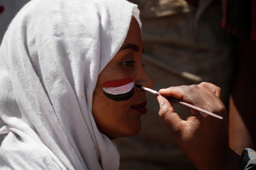سودانية أمام مقر الاعتصام في الخرطوم. (رويترز)