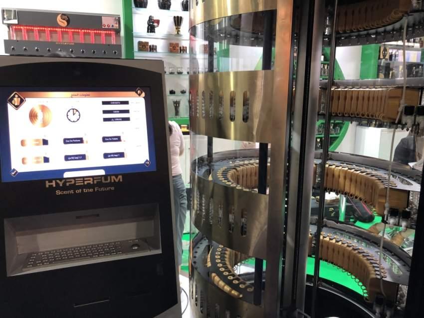 يضم الروبوت 160 مادة أولية تشمل باقة واسعة من العطور. (الرؤية)