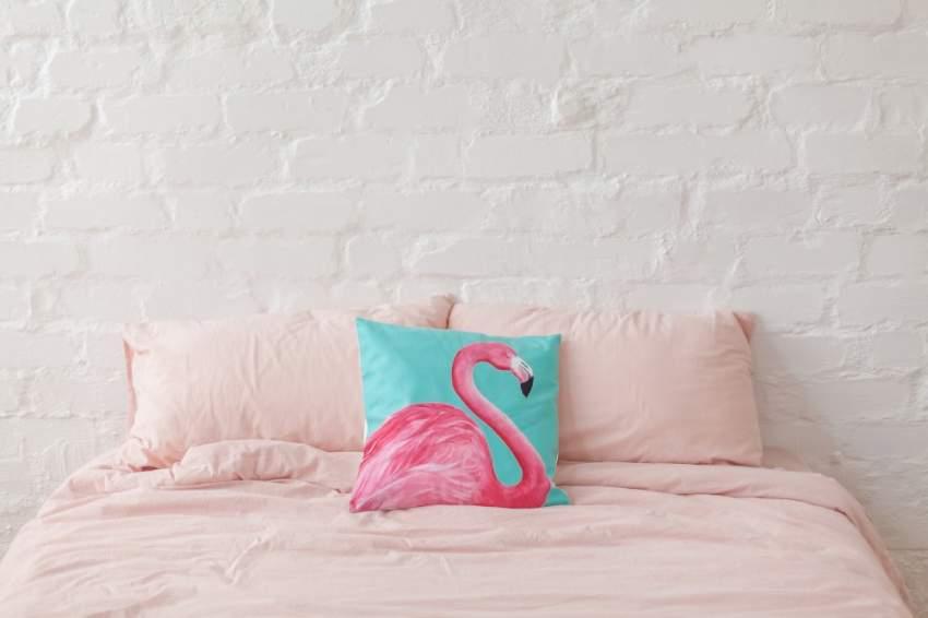 يمكن إضفاء لمسة ديكور بطائر الفلامنجو على ديكور غرفة النوم