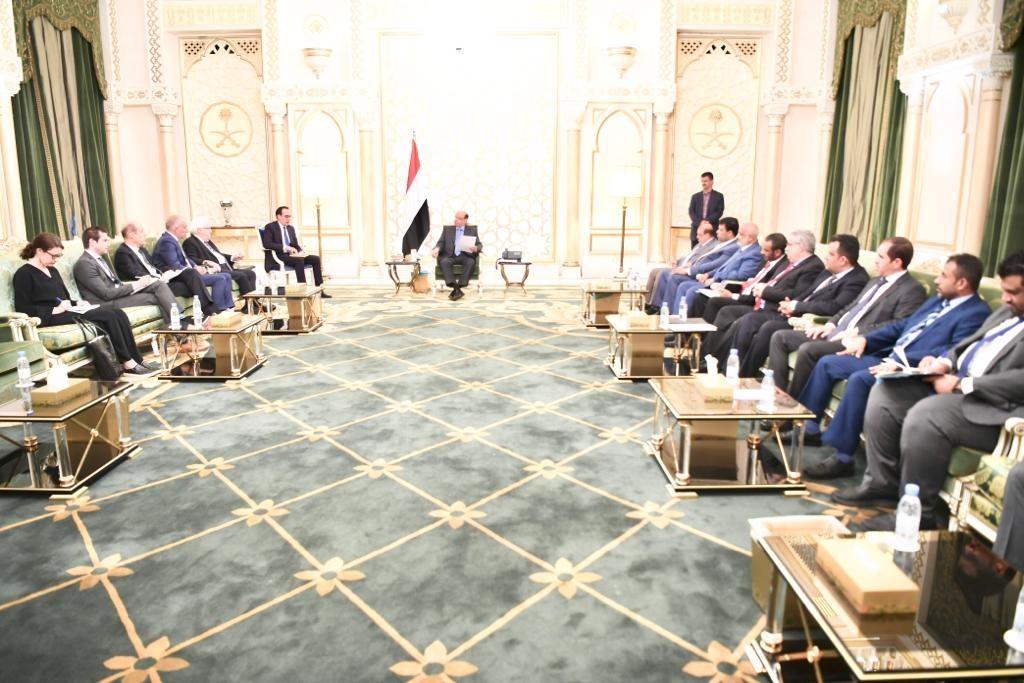 الرئيس اليمني ملتقياً غريفيث ولوليسغارد في الرياض. (الرؤية)