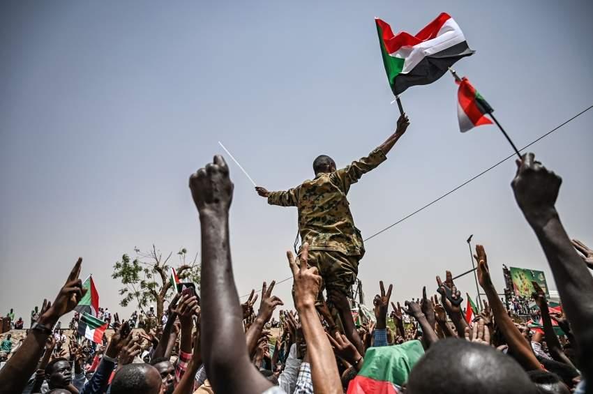 محتجون سودانيون خلال الاعتصام أمام مقر قيادة الجيش في الخرطوم. (أ ف ب)
