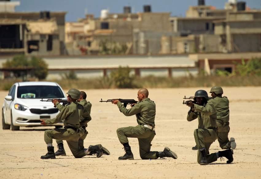 جنود من الجيش الليبي خلال استعراض عسكري في بنغازي. (أ ف ب)