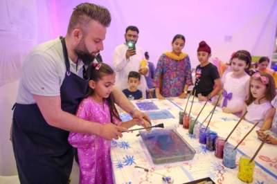 أطفال مشاركون في ورشة عمل فن الإيبرو بالشارقة. (الرؤية)