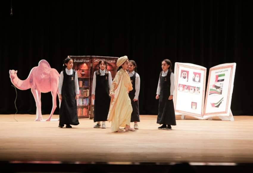 مشهد من العرض المسرحي «التاريخ شاهد يا زايد» في دبي. (الرؤية)