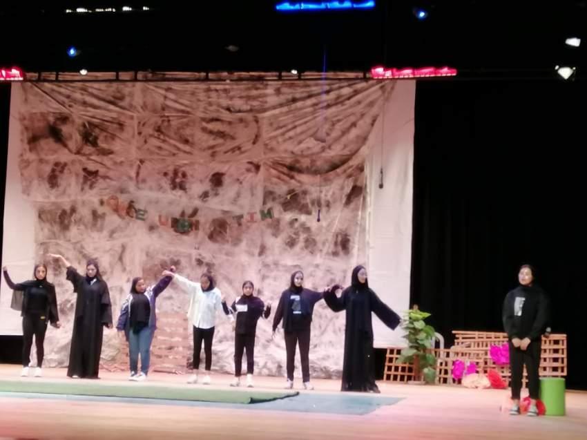 مشهد من عرض مشارك في مهرجان دبي للمسرح المدرسي. (الرؤية)