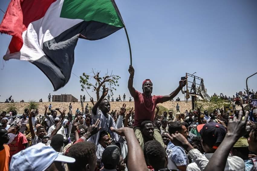متظاهرون سودانيون أمام مقر قيادة الجيش في الخرطوم. (أ ف ب)