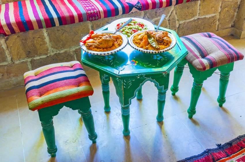الطاولات الخشبية الملونة مثالية لديكورات شهر رمضان