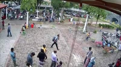 انتحاري مشتبه به يحمل حقيبة في أحد شوارع كولومبو قبل التفجيرات. (رويترز)