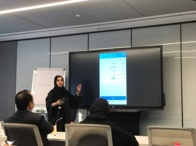 مديرة إدارة الخدمات الذكية في «دبي الذكية» حصة البلوشي تستعرض خدمات التطبيق. (الرؤية)