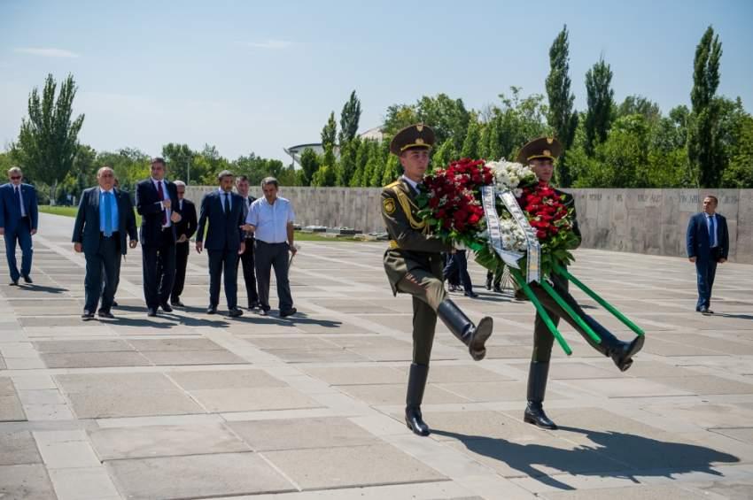 عبدالله بن زايد لدى زيارته نصب شهداء الإبادة الجماعية للأرمن. (الرؤية)