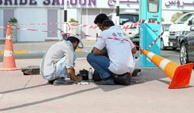 فنيون اثناء صيانتهم كيبل اتصالات في شارع المطار