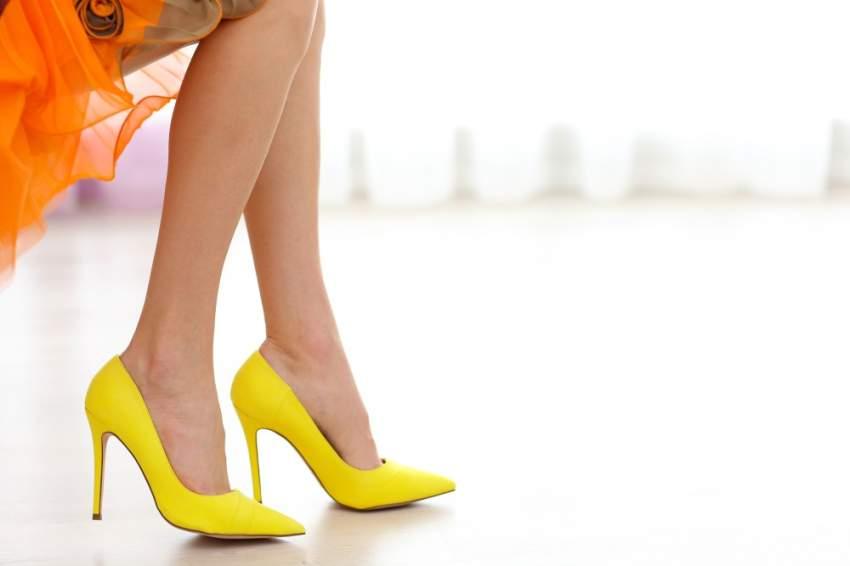 أحذية الصيف تسطع بالأصفر