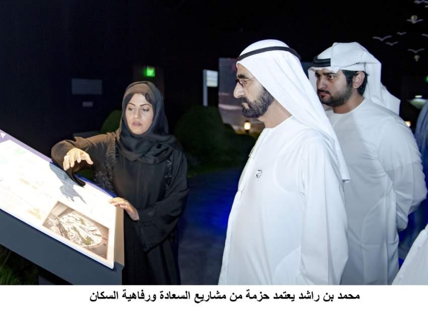 محمد بن راشد خلال زيارته مقر هيئة الطرق والمواصلات في دبي، بحضور مكتوم بن محمد وأحمد بن سعيد. (وام)