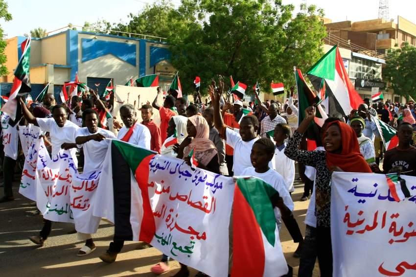 متظاهرون سودانيون وسط العاصمة الخرطوم. (أ ف ب)