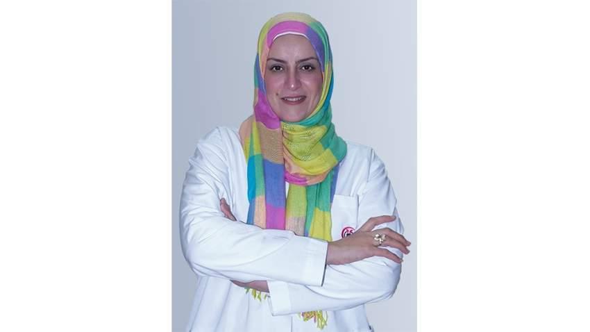 الدكتورة فاطمة إسماعيل اختصاصية الأمراض الجلدية في مستشفى الزهراء في الشارقة