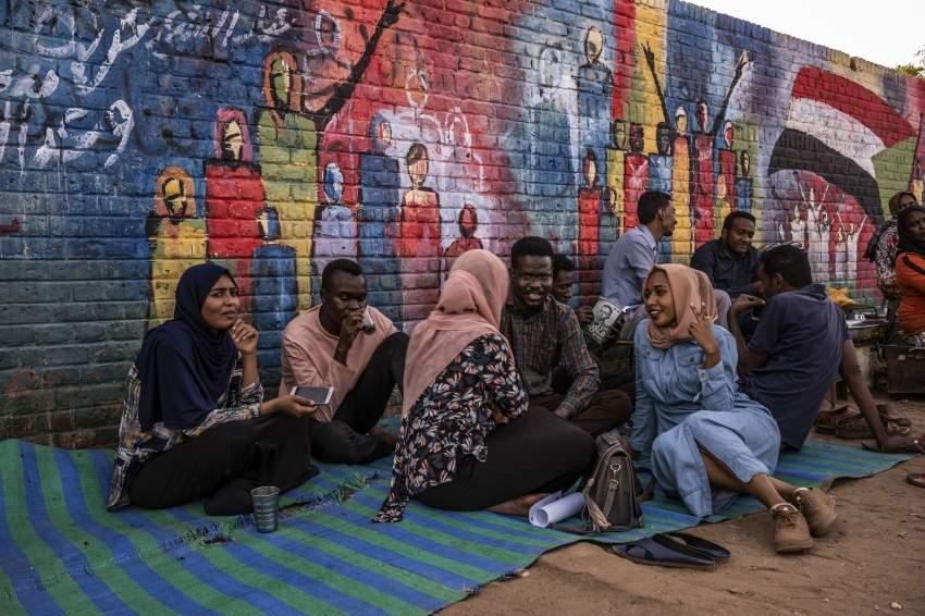 سودانيون أمام مقر الجيش في الخرطوم. (نيوريوك تايمز)