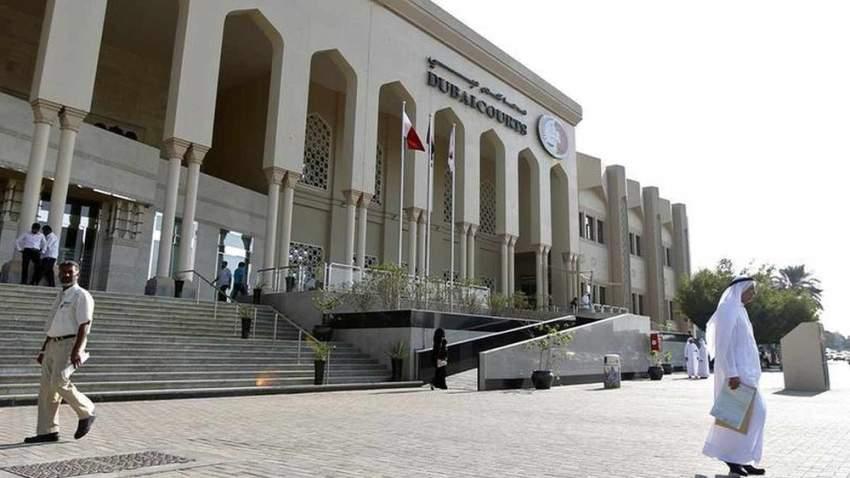 قضت محكمة الاستئناف في دبي بتخفيف عقوبة 3 شباب من جنسية عربية تتراوح أعمارهم بين 27 إلى 29 عاماً لستة أشهر والإبعاد عن أراضي الدولة