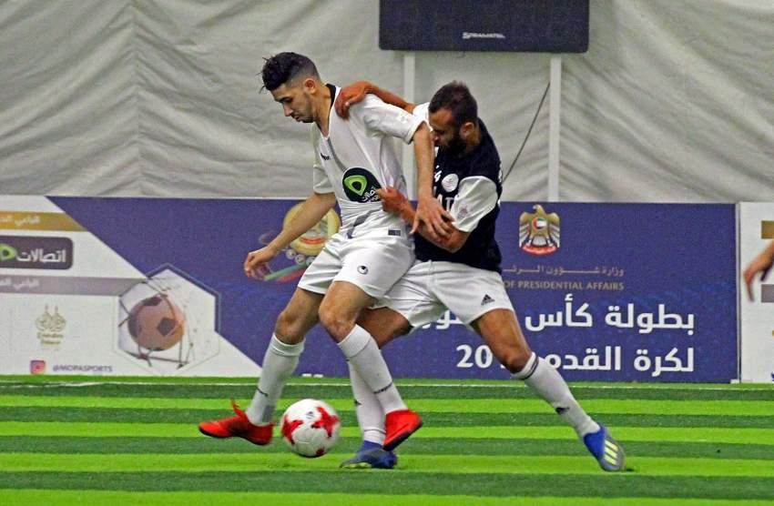 من لقاء طيران الاتحاد وقصر الإمارات في بطولة كأس منصور بن زايد لكرة القدم .(تصوير: محمد بدر الدين ـ «الرؤية»)
