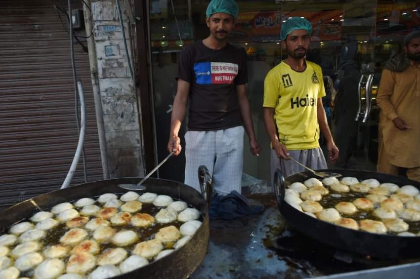 الحلويات الباكستانية يتم تحضيرها قبل ساعات قليلة من موعد الإفطار