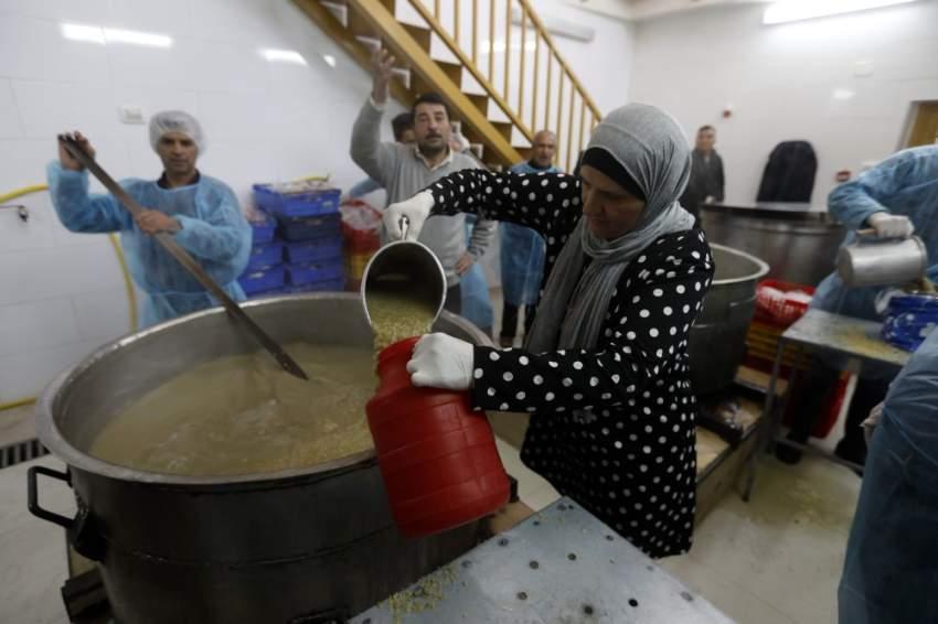 سيدة في فلسطين خلال إعدادها الحساء