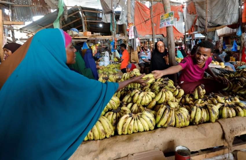 سيدة تشتري الموز في مقديشو