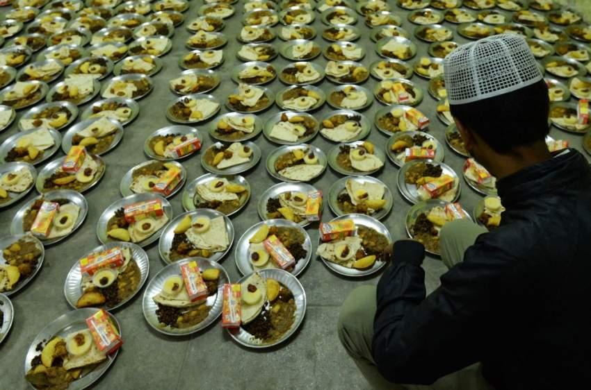 مسلم يهم بإعداد وجبات الصائمين في أحد مساجد نيبال