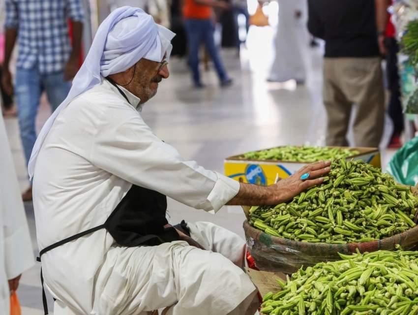 مسن في الكويت يقوم ببيع البامية في أحد الأسواق
