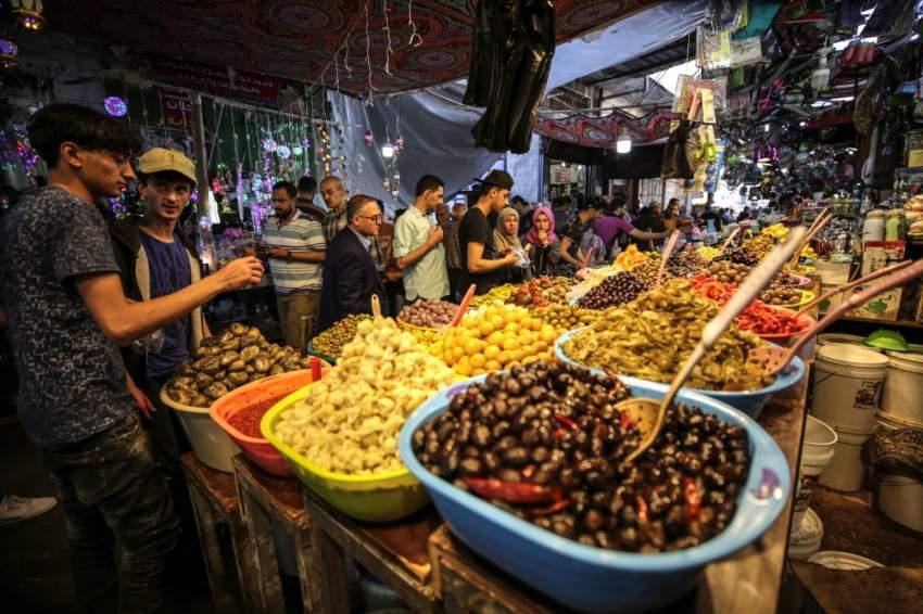 الفلسطينيون يقبلون على شراء المخللات والزيتون