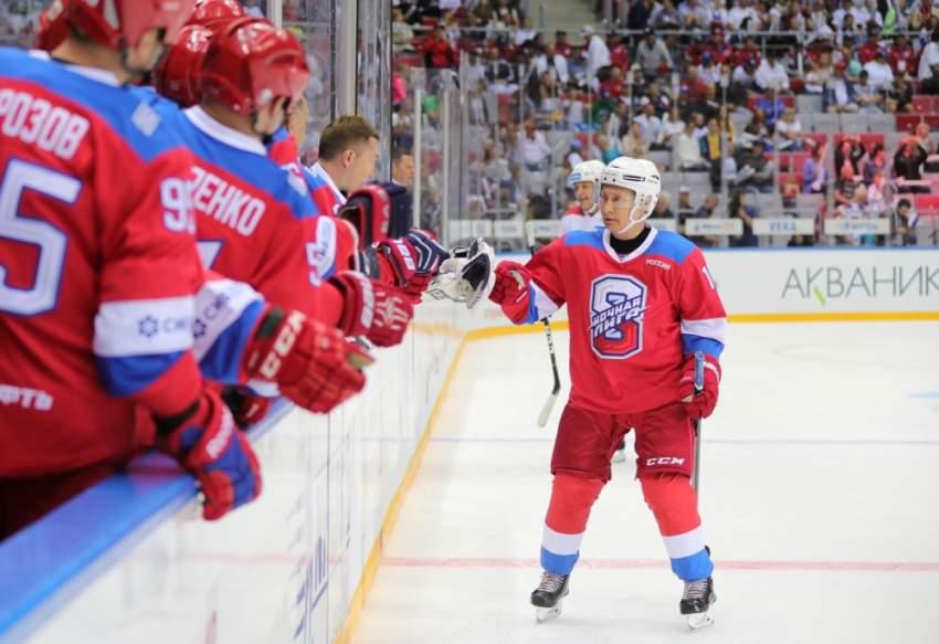 بسبب الهوكي.. الرئيس الروسي بوتين يسقط على وجهه