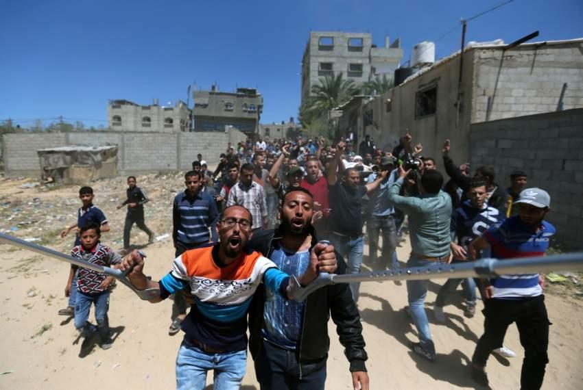 فلسطينيون أثناء تشييع الشهيد عبد الله عبد العال في غزة. (رويترز)
