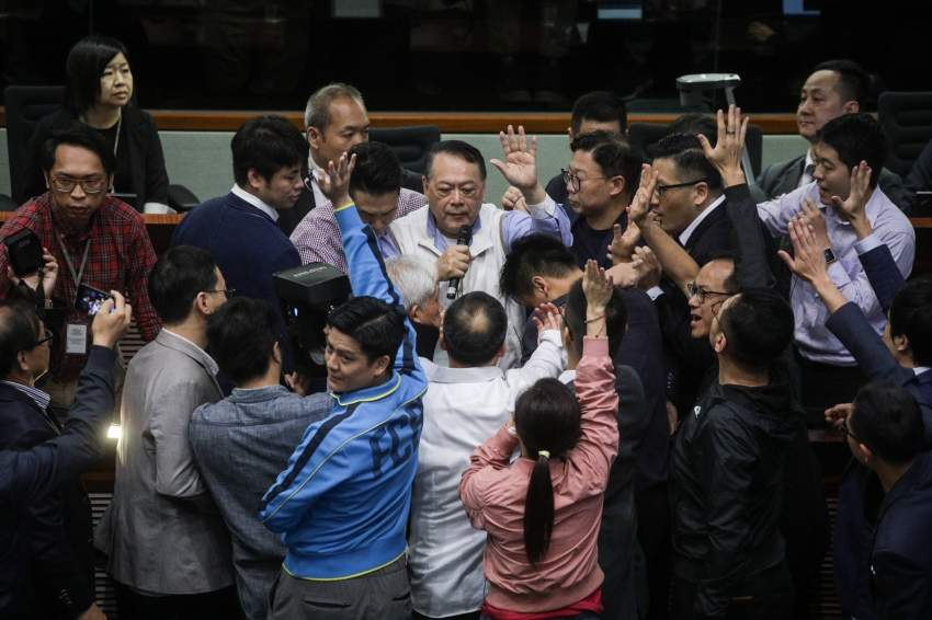 شجار في برلمان هونغ كونغ امس