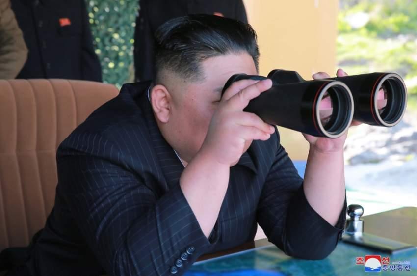 كيم جونغ أون يراقب انطلاق الصواريخ من قاعدتها. (إي بي أيه)